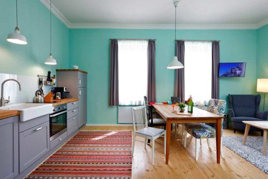 Küche und Esstisch in der Ferienwohnung Ötscherbär