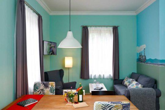 Esstisch und Wohnzimmer der Ferienwohnung Ötscherbär